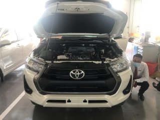 Bán xe Toyota Hilux 2.4 số sàn màu trắng giao ngay, xe bán tải nhập Thái Lan năm 2021, 636tr