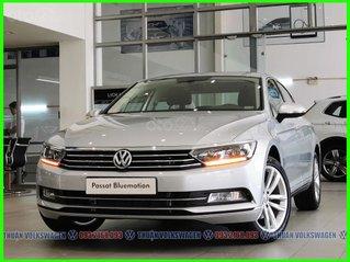 [Volkswagen Trường Chinh ] sau tết xe Đức ưu đãi trước bạ sốc 180tr + phụ kiện cho Pasat Bluemotion màu bạc, LH Mr Thuận