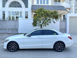 Bán Mercedes Benz C200, sản xuất 2019, chạy 7000mls, xe màu trắng nội thất đen, còn mới nguyên như xe mới