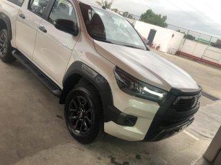 Toyota Hilux 2.8G 4x4 AT màu trắng ngọc trai, giao ngay