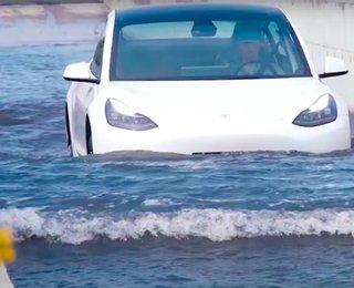 Lái xe Tesla bất chấp vượt lũ, lội nước như tàu ngầm: Tự tin hay mạo hiểm?