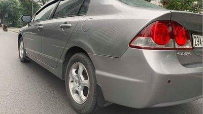 Cần bán lại xe Honda Civic 1.8 AT đời 2009, màu bạc như mới