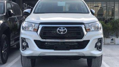 Giảm giá cuối năm chiếc xe Toyota Hilux năm sản xuất 2019, màu trắng, nhập khẩu nguyên chiếc
