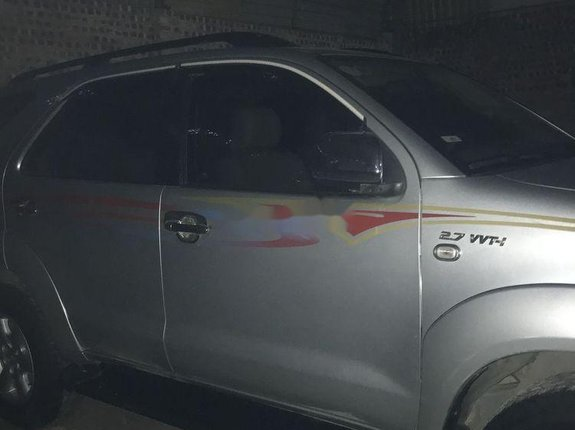 Xe Toyota Fortuner AT năm 2011, màu bạc