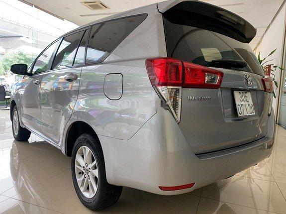 Bán Toyota Innova E 2.0MT sản xuất 2016, màu bạc xe gia đình
