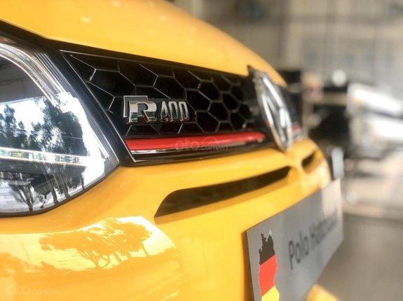 Polo HB lướt đăng ký 2020 đã lên nhiều option: Loa treo cột, body kit, khởi động start, stop, đèn pha bi led, bệ tỳ tay