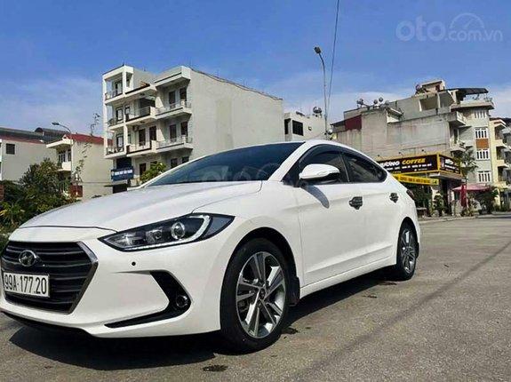Bán Hyundai Elantra 2.0 AT sản xuất năm 2017, màu trắng xe gia đình