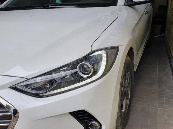 Cần bán lại xe Hyundai Elantra 1.6 MT sản xuất năm 2017, màu trắng, giá 438tr