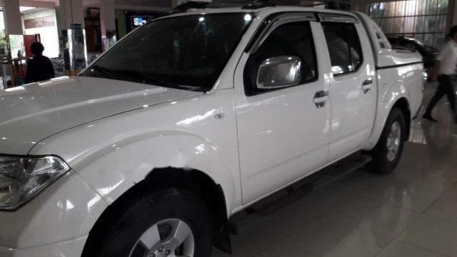 Cần bán gấp Nissan Navara năm sản xuất 2013, màu trắng xe gia đình, giá tốt
