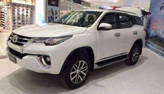 Cần bán xe Toyota Fortuner 2017, màu trắng, đã độ 1 chút nội thất và âm thanh