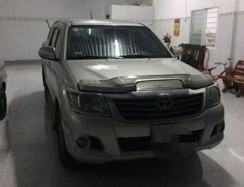Cần bán Toyota Hilux MT đời 2012, màu bạc, xe nhập, giá 410tr
