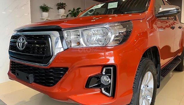 Bán xe Toyota Hilux 2.4E AT sản xuất 2019, màu đỏ, nhập khẩu