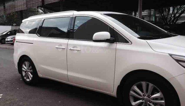 Cần bán Kia Sedona màu trắng, đời 2015, full option mới 90%