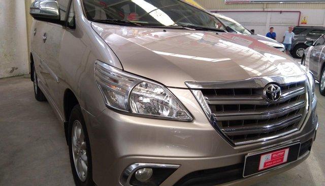 Cần bán xe Toyota Innova E đời 2015, màu vàng, giá còn thương lượng