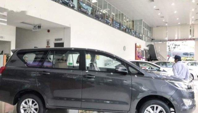 Cần bán xe Toyota Innova sản xuất 2019, màu xám