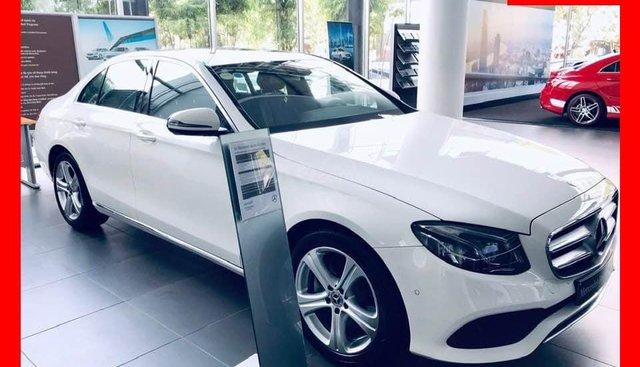 Bán xe Mercedes E250 trắng, nội thất đen 2018, chính hãng chưa lăn bánh
