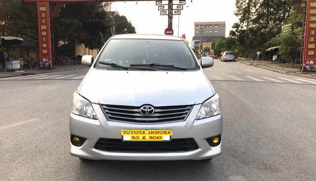 Cần bán Toyota Innova 2.0E năm sản xuất 2013, màu bạc. Xe không lỗi nhỏ
