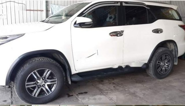 Bán xe Toyota Fortuner 2.4G 4x2 MT 2017, màu trắng xe gia đình