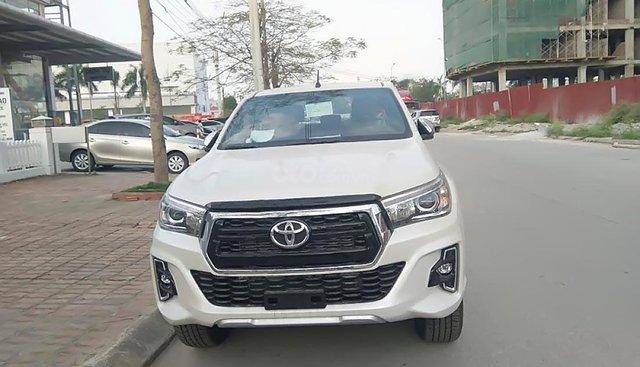 Bán Toyota Hilux 2.8 AT sản xuất 2019, màu trắng, xe nhập, 878tr