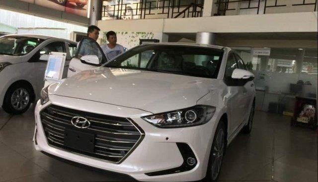 Cần bán Hyundai Elantra sản xuất 2019, màu trắng