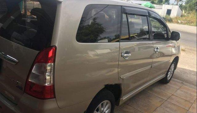 Cần bán Toyota Innova sản xuất năm 2013, màu vàng xe gia đình