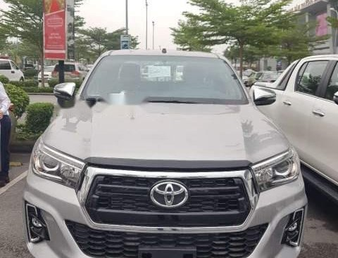 Cần bán xe Toyota Hilux 2.8 AT sản xuất năm 2019, màu bạc, nhập khẩu
