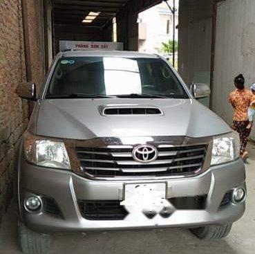 Bán Toyota Hilux 2.5MT đời 2014, màu bạc số sàn, giá 480tr