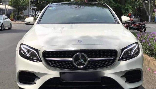Cần bán xe Mercedes E300 sản xuất 2017, màu trắng