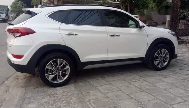 Cần bán xe Hyundai Tucson năm 2018, màu trắng, nhập khẩu xe gia đình