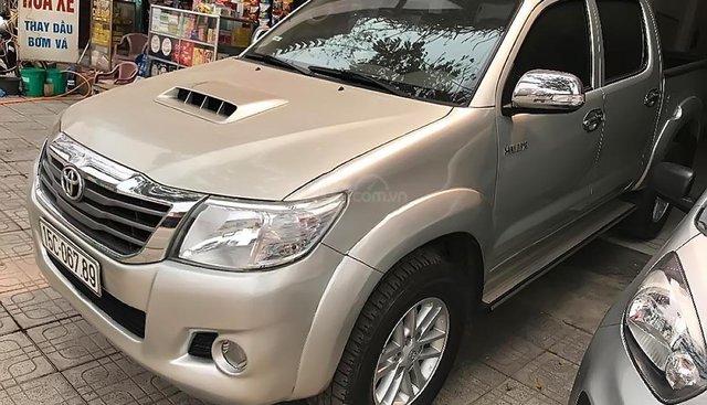 Xe Toyota Hilux sản xuất năm 2013, màu bạc, xe nhập