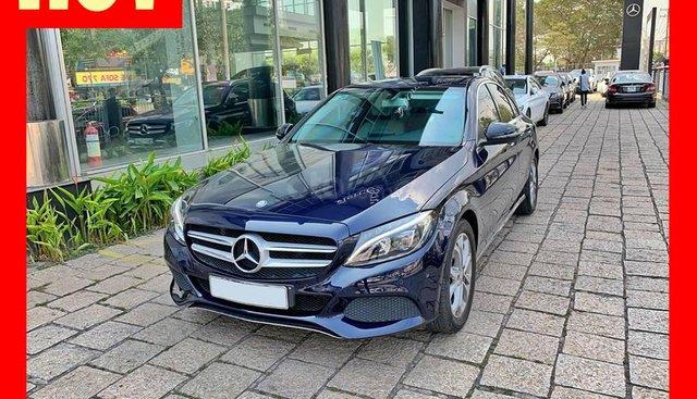 Bán xe Mercedes C200 xanh, nội thất kem, model 2017, cũ chính hãng