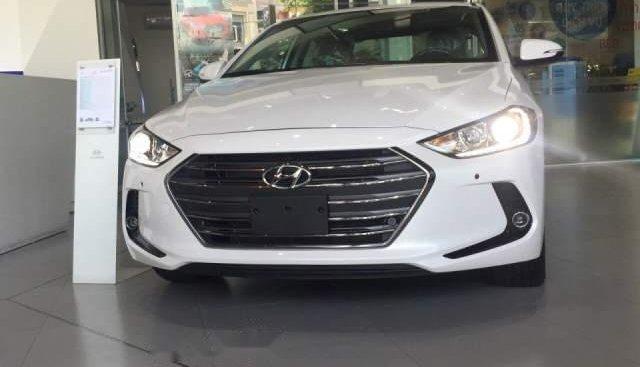 Bán Hyundai Elantra năm sản xuất 2018, màu trắng, 549tr