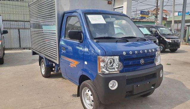 Xe tải nhỏ Dongben thùng kín 770kg, kích thước thùng dài 2.450, màu xanh