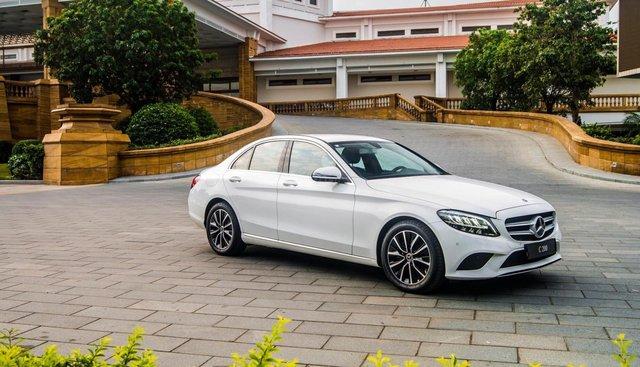 Bán xe Mercedes C200 2019, màu trắng, vay trả góp 80% giá trị xe, lãi suất 0.77%/tháng cố định 36 tháng