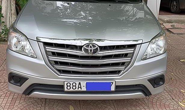 Cần bán xe Toyota Innova 2.0E đời 2015, màu bạc chính chủ