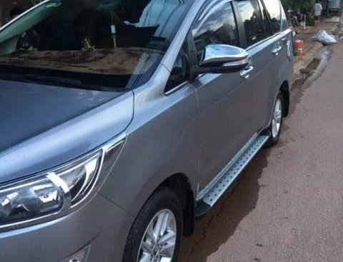 Gia đình bán ô tô Toyota Innova E đời 2017, màu bạc