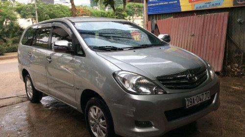 Cần bán xe Toyota Innova 2.0 AT năm 2010, màu bạc xe gia đình