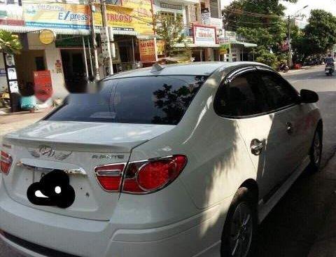 Cần bán gấp Hyundai Avante năm 2014, màu trắng xe gia đình