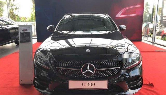 Bán ô tô Mercedes C300 đời 2019, màu đen, trả trước 600tr nhận xe ngay
