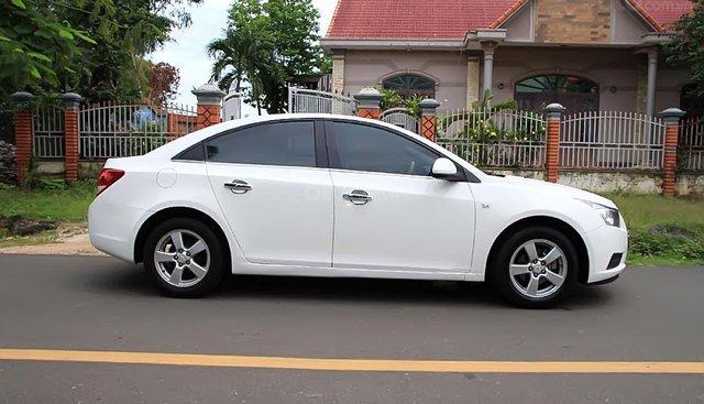 Cần bán gấp Chevrolet Cruze sản xuất 2011, màu trắng như mới, giá 305tr
