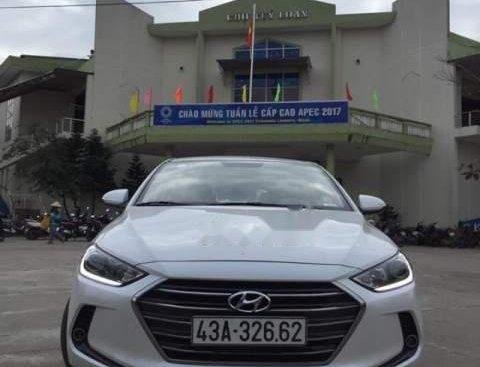 Cần bán gấp Hyundai Elantra MT sản xuất 2017, màu trắng, xe 1 chủ sử dụng