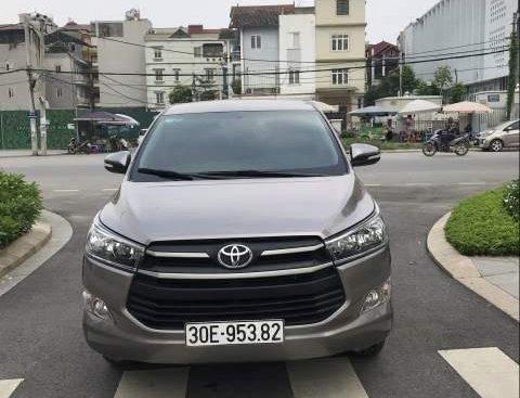 Bán xe Toyota Innova 2.0E sản xuất cuối 2017, số sàn, màu đồng