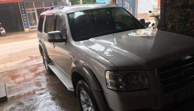 Gia đình bán Ford Everest sản xuất năm 2009, màu hồng phấn