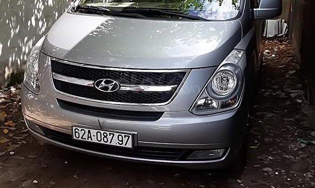 Bán 1 xe Hyundai Grand Starex 9 chỗ máy dầu, đời 2014, màu bạc, phiên bản ghế xoay