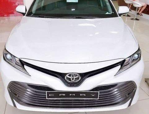 Bán Toyota Camry 2.0 đời 2019, màu trắng, nhập khẩu