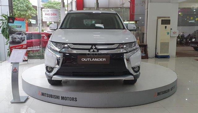 Bán Mitsubishi Outlander đời 2019, màu trắng, 807 triệu, khuyến mãi cực sốc. LH 0934515226 ngay để được giá tốt nhất