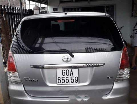 Cần bán xe Toyota Innova năm sản xuất 2011, màu bạc xe gia đình