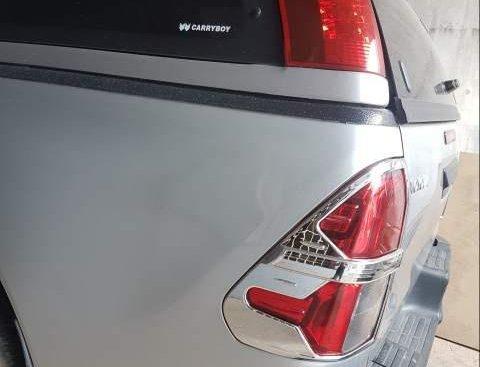 Bán xe Toyota Hilux 2017, màu bạc, giá chỉ 555 triệu