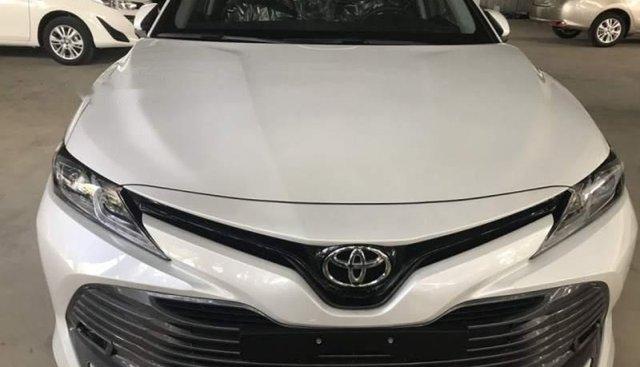 Bán Toyota Camry 2.0E đời 2019, màu trắng, nhập khẩu