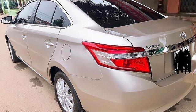 Gia đình bán xe Toyota Vios năm 2017, màu vàng cát